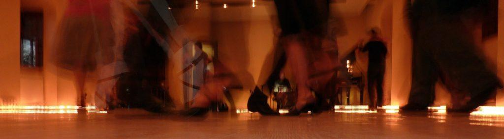 Tanzende Füße in einem Ballsaal