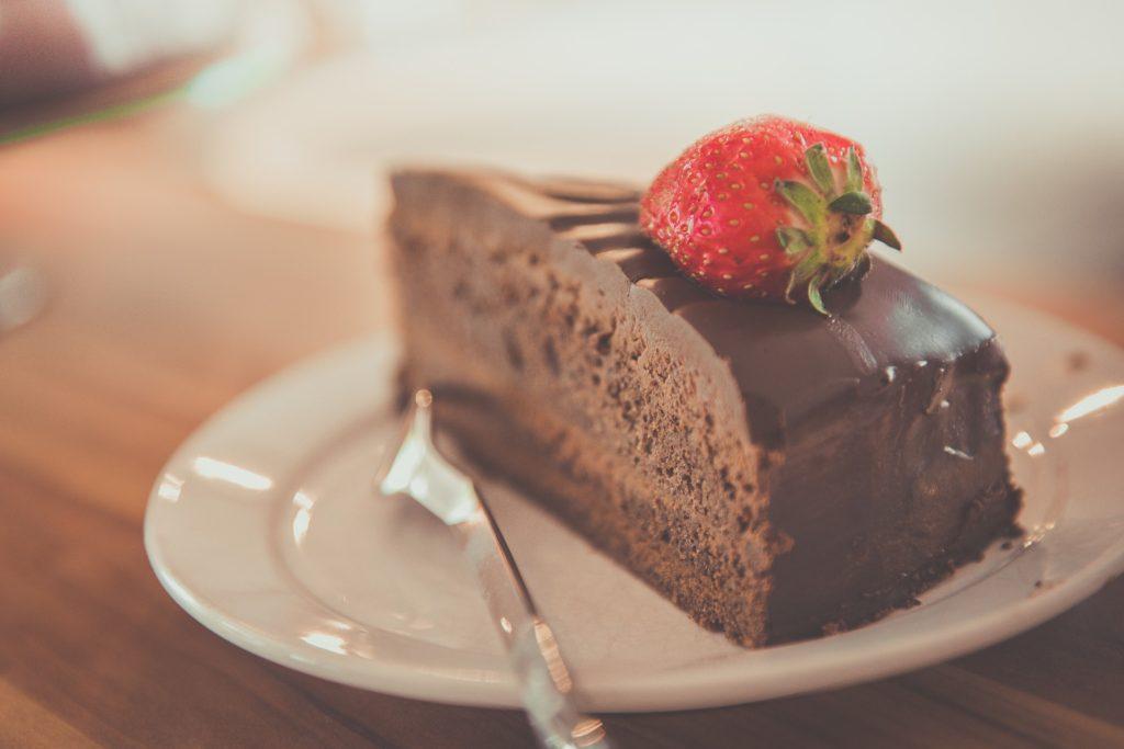 Eine Tarte au Chocolat mit Erdbeeren