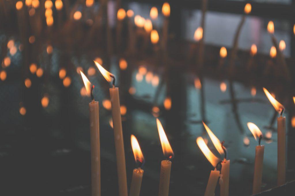 Kerzen, deren Lichter im Wind verwischen