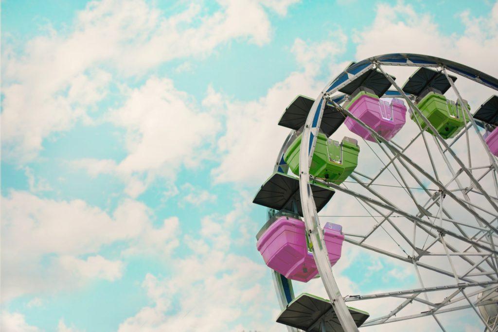 Blauer Himmel mit einigen Wolken & davor ein Riesenrad